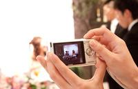 結婚式二次会の写真撮影、プロに頼むか、友人に頼むか