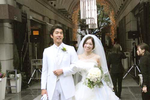 オフホワイトのドレスに合わせてバラとトルコキキョウのブーケ