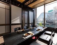大人気の窓際の個室。明るい雰囲気でお祝いの席に最適。