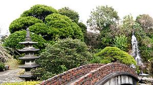 玉川上水の流れる3000坪の日本庭園の「幸せの滝」