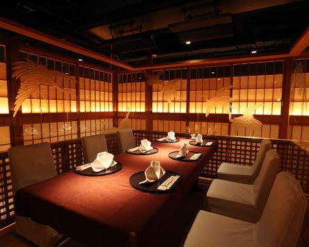 【日月火へようこそ】四方のガラスを鶴が舞うテーブル個室・琥珀