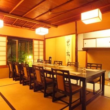 春は高瀬川の桜並木を望める数寄屋造りの個室